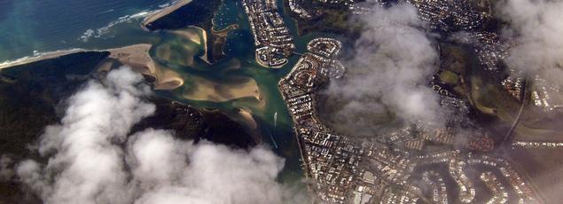 La fonte glaciaire en Arctique et en Antarctique due au réchauffement climatique et l'élévation du niveau des océans pourront avoir des conséquences graves dans un avenir proche, notamment pour les agglomérations situées en bord de mer (ici Hervey Bay, au nord de Brisbane, en Australie).