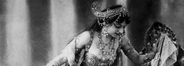 La danseuse Mata Hari est arrêtée le 13 février 1917 à Paris, accusée d'espionner pour le compte de l'Allemagne.