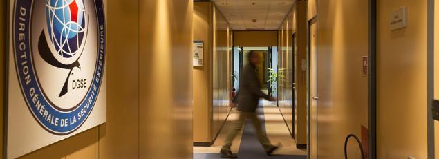 Centre névralgique de la DGSE, le couloir qui mène à la salle de crise de la centrale de renseignement française.