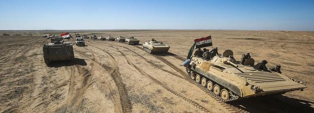 Des tanks et des véhicules de l'armée irakienne s'avançant vers le village de Sheik Younis, au sud de Mossoul le 19 février au matin.