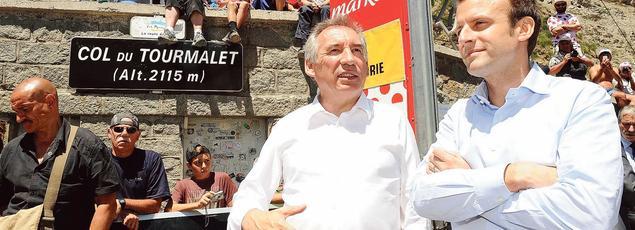 François Bayrou et Emmanuel Macron lors d'une étape du Tour de France, le 9 juillet 2016, entre Pau et Bagnères-de-Luchon.
