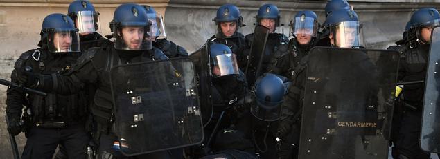 Des gendarmes bloquent un manifestant lors d'une manifestation contre la brutalité policière le 18 février 2017 sur la place de la République à Paris.