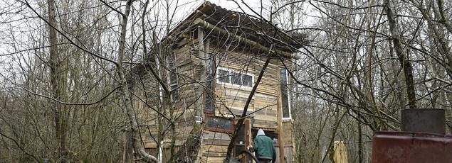 Opposé au projet d'enfouissement de déchets nucléaires près de Bure, cet homme occupe une petite maison au bois Lejuc, à Mandres-en-Barrois.