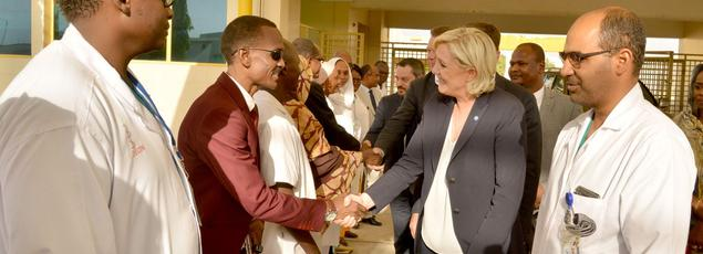 Marine Le Pen visite un hôpital pour femmes et enfants, mardi à N'Djaména.