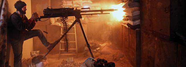 Un djihadiste tire à la mitrailleuse lourde dans le quartier de Jobar, une zone de Damas tenue par les rebelles.