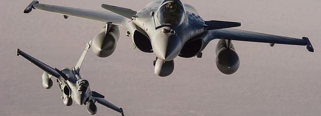 Deux Rafale de l'armée française en vol au-dessus de N'Djamena, au Tchad.