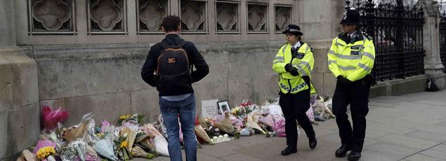 Des fleurs ont été déposées près du Parlement britannique, en hommage aux victimes.