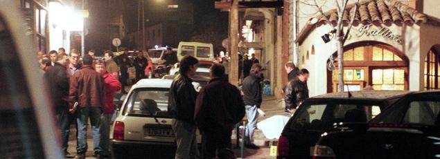 Le 6 février 1998, des policiers sur les lieux du meurtre de Claude Erignac. Dans cette affaire, Yvan Colonna, Pierre Alessandri et Alain Ferrandi purgent actuellement une peine de réclusion criminelle à perpétuité.