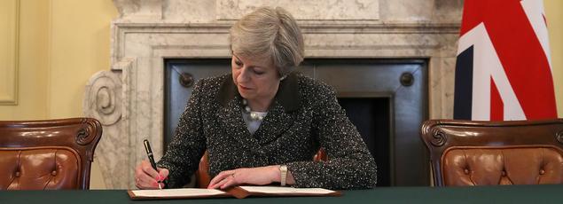 Theresa May signant dans son bureau mardi la lettre officielle à Donald Tusk invoquant l'article 50 du traité européen.