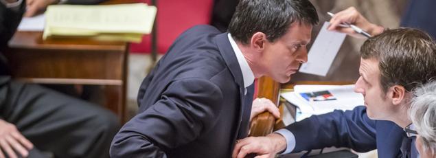Manuel Valls et Emmanuel Macron, lors d'une séanceà l'Assemblée nationale,en février 2016 à Paris.