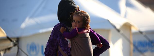 Un enfant syrien et sa mère dans un camp de réfugiés à Ain Issa, le 25 mars 2017.