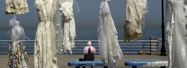 Sur la corniche de Beyrouth, le long de la mer Méditerranée, 31 robes blanches interpellent les passants.