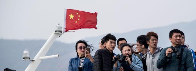 Des touristes chinois en croisière sur le fleuve Yalu qui marque la frontière entrela Corée du Nord et la Chine.