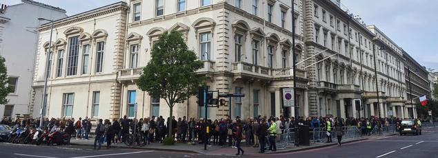 Dimanche à Londres, des centaines de Français ont fait la queue devant le lycée français Charles de Gaulle pour voter.
