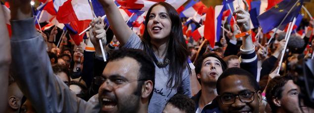 Des partisans d'Emmanuel Macron à Paris, dimanche soir