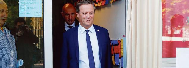 Nicolas Dupont-Aignan à la sortie du bureau de vote, dimanche,à Yerres (Essonne).