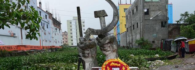 Une stèle en hommage aux 1138 victimes, érigée à l'emplacement de l'ancien immeuble.