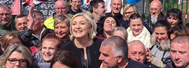Marine Le Pen a défié Emmanuel Macron en effectuant, mercredi, une visite surprise sur le site Whirlpool d'Amiens, avant que son adversaire ne s'y rende à son tour.