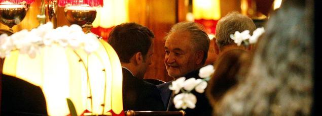 Jacques Attali et Emmanuel Macron, fêtant la victoire du candidat d'En Marche! au premier tour, le 23 avril à La Rotonde à Paris.