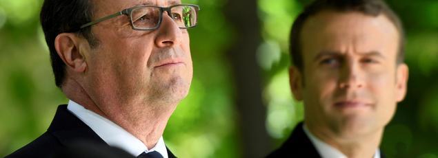 François Hollande et le président élu Emmanuel Macron, le 10 mai 2017 dans les jardins du Luxembourg à Paris pour la commémoration de l'abolition de l'esclavage.