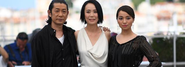 Les acteurs de «Vers la lumière» Masatoshi Nagase et Ayame Misaki entourent la cinéaste japonaise, Naomi Kawase.
