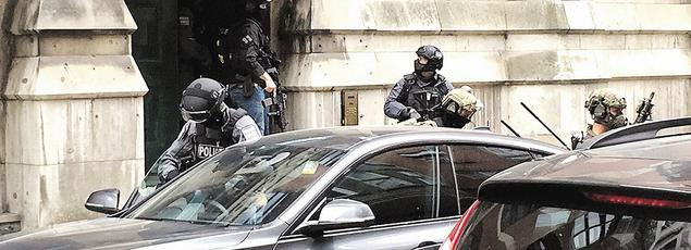Des policiers investissent un immeuble résidentiel de Manchester dans le cadre de l'enquête sur l'attentat.