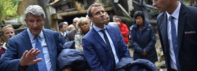 Emmanuel Macron, alors ministre de l'Économie, aux côtés de Philippe de Villiers lors d'un déplacement au Puy-du-Fou, le 19 août 2016.