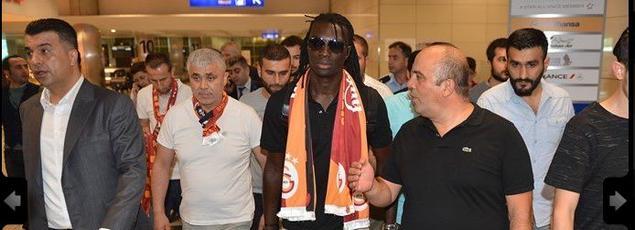 Bafétimbi Gomis à son arrivée à l'aéroport d'Istanbul. Source: Site officiel de Galatasaray