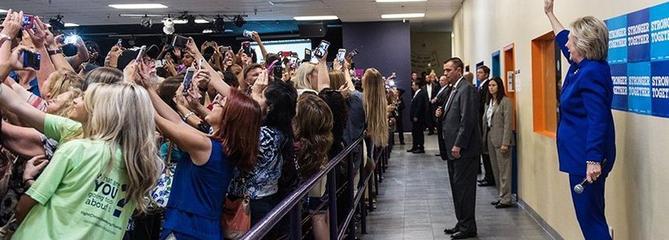 Le selfie collectif d'Hillary Clinton, une mise en scène du pouvoir à l'heure de Snapchat