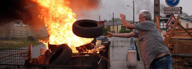 Des salariés de GM&S ont mis le feu à leur usine