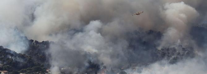Les vents violents provoquent de gros incendies dans le Sud-Est et en Corse