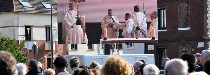 Émotion et recueillement à Saint-Étienne-du-Rouvray, un an après