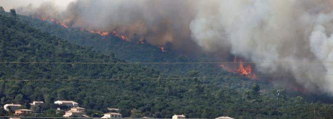 Incendies : plus de 10.000 personnes évacuées dans le Var