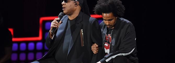 Stevie Wonder s'agenouille contre Donald Trump et la pauvreté