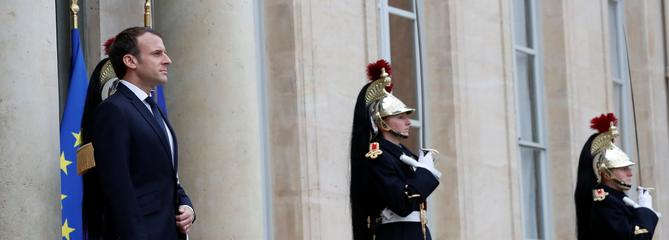Hors caméras, Macron va décorer son conseiller de l'ombre Philippe Grangeon