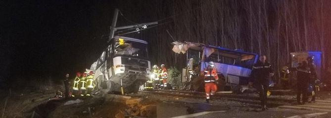 Un bus scolaire coupé en deux par un train, de nombreuses victimes