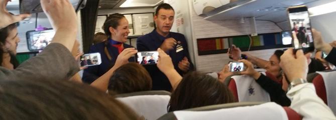 Un mariage en plein ciel dans l'avion du pape François