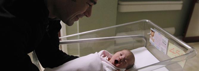 Le gouvernement étudie l'allongement du congé paternité