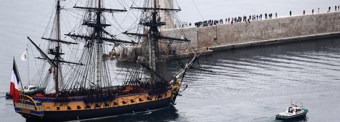Le trois-mâts mythique L'Hermione rentre au port