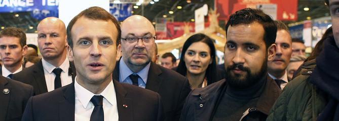 Un collaborateur de Macron filmé frappant un manifestant