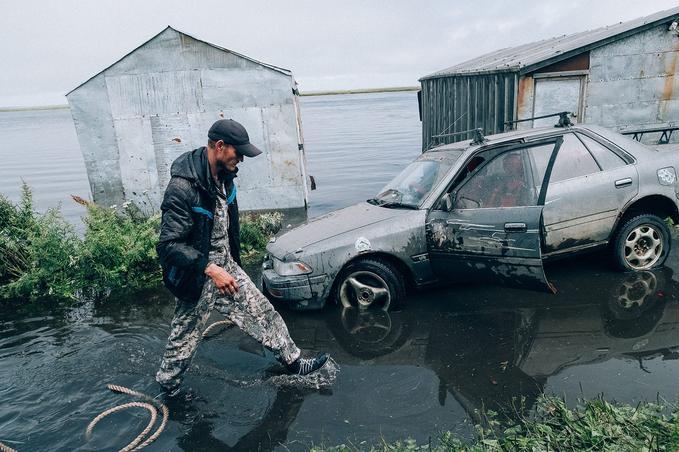 Sergey tente de sortir sa voiture du quartier inondé de la zone urbaine d'Oktiabrski, Russie.© Vlad Sokhin / Cosmos / Panos Pictures / laif