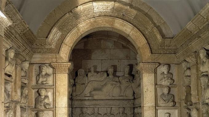 L'hypogée collectif de Iarhai, creusé en 133-134 dans la «vallée des tombeaux», aujourd'hui reconstitué au musée de Damas. Les murs sont percés de <i>loculi</i> et, au fond, la niche abrite un sarcophage. © AKG-Images/De Agostini Picture