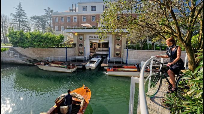 L'arrivée des hôtes du JW Mariott Venise Resort & Spa, sur un quai spécialement aménagé à l'intérieur même de l'hôte, participe à la magie du séjour.