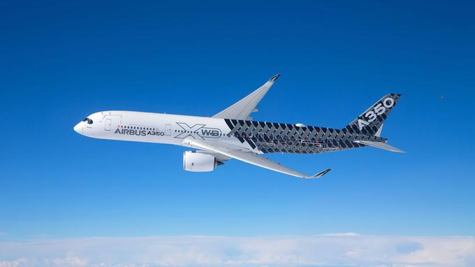 Airbus présente pour le première fois au Bourget son dernier né, l'A 350. Le long-courrier de nouvelle génération européen - il a été mis en service en janvier 2015 par Qatar Airways - participe au show aérien.