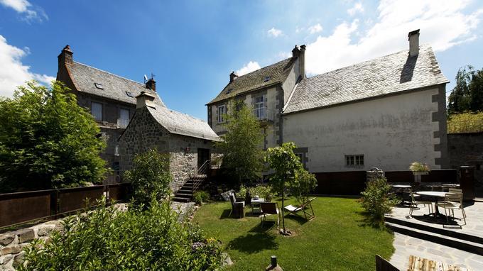 Lô D'ici, une des demeures en basalte et granit de Nasbinals, transformée en maison d'hôtes. Elle accueille les pélerins sur le chemin de Saint-Jacques-de-Compostelle.