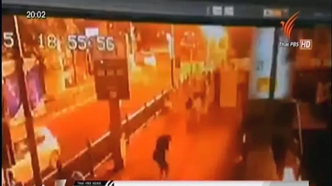 Dans la soirée du lundi 17 août, une puissante déflagration a lieu à proximité du carrefour de Ratchaprasong, près du sanctuaire hindouiste d'Erawan situé au centre de Bangkok.