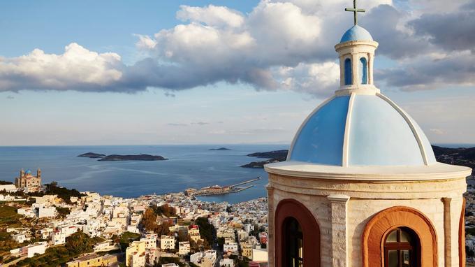 Bastion catholique bâti sur un éperon rocheux, Ano Syros est couronné par la cathédrale Agios Georgios, qui domine Ermoupolis et son port.