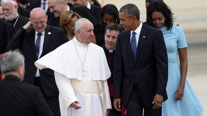 Le pape François a foulé pour la première fois le sol américain mardi, entamant une visite historique de six jours. Le président américain Barack Obama et sa femme Michelle l'ont accueilli à sa sortie de l'avion. Le dernier pape à être venu aux États-Unis est Benoît XVI, en avril 2008.