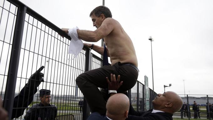 Xavier Broseta, directeur général adjoint du groupe Air France en charge des Ressources humaines et des politiques sociales depuis mars 2012, est évacué par les services de sécurité alors que des employés ont interrompu le CCE qui se déroulait ce matin au siège de la compagnie, à Roissy.