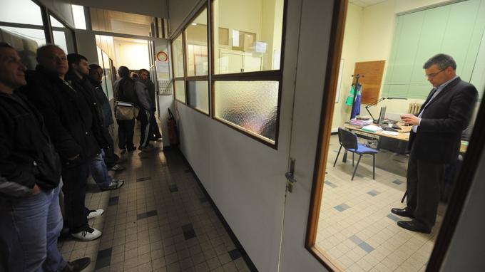 Des salariés du site de Villemur-sur-Tarn de l'équipementier automobile américain Molex gardent l'entrée du bureau où le co-gérant de la filiale française, Marcus Kerriou (à droite), est retenu, tout comme la DRH du site.
